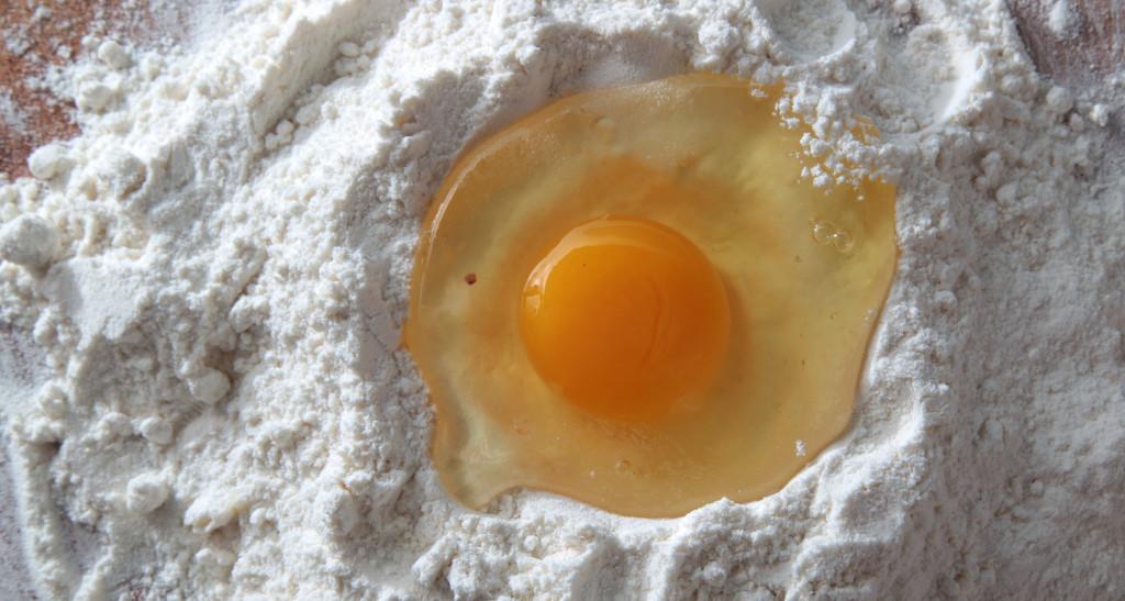 Foto: Mehlteig mit frischem Ei