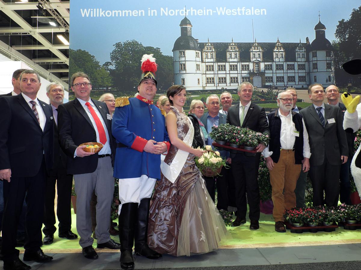 Foto: Gruppenfoto der Aussteller des NRW-Messestandes am Eröffnungstag der Grünen Woche, 15.01.2016