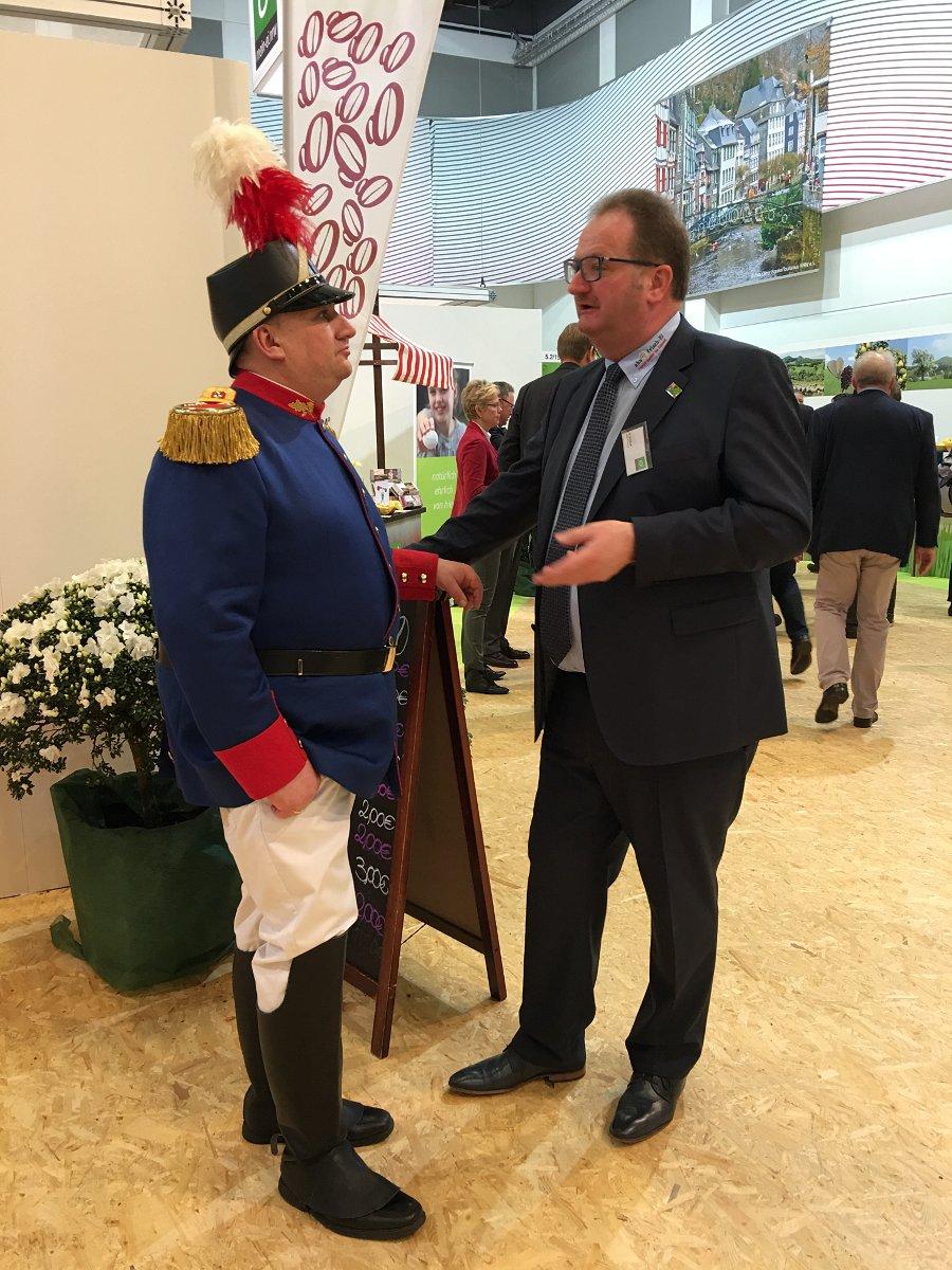 mein-ei.nrw Vorstandsmitglied Johannes Bernhard Amshoff im Gespräch mit dem Spargelgrenadier aus Walbeck