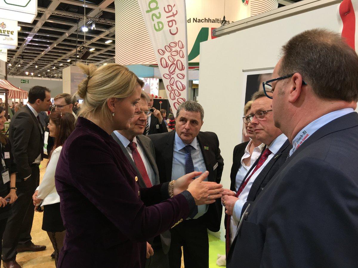 NRW Landwirtschaftsministerin Christina Schulze Föcking im Gespräch mit Jürgen Sons (LANUV NRW) und den mein-ei.nrw Vorstandsmitgliedern Dietrich Vriesen (2.v.r.) und Johannes Bernhard Amshoff (r.)