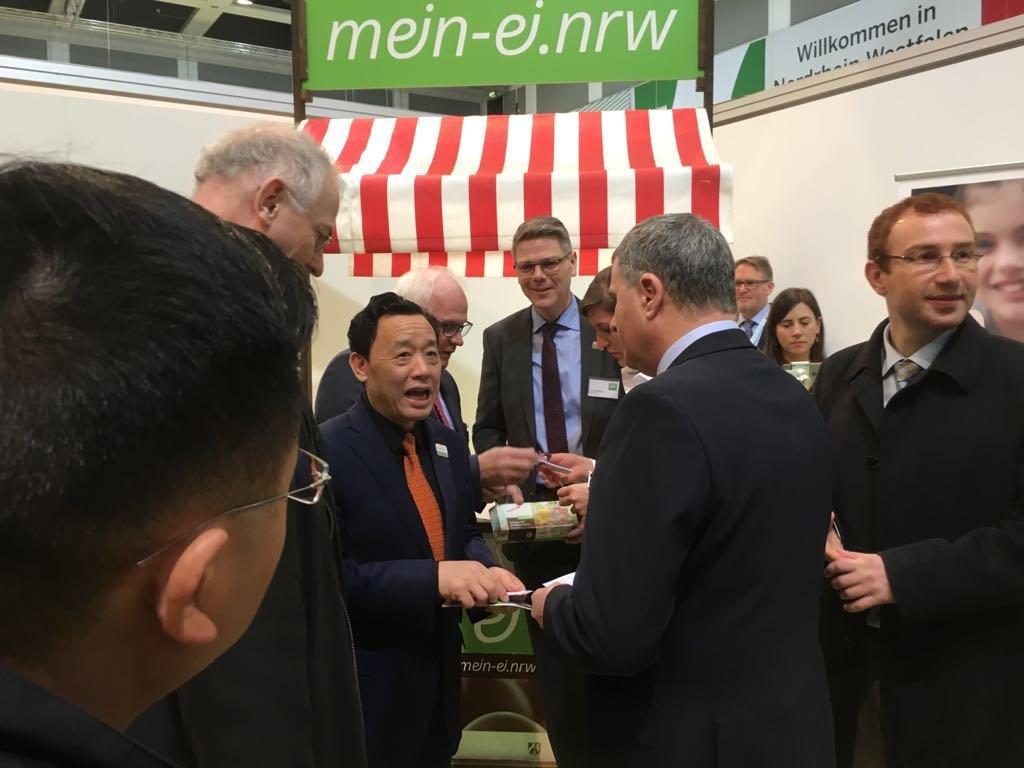mein-ei.nrw Vorstandsmitglied Hans Rühmling (mitte hinten) im Gespräch mit dem chinesischen Vize-Agrarminister Qu Dongyu und dessen deutschen Kollegen, Staatssekretär Peter Bleser