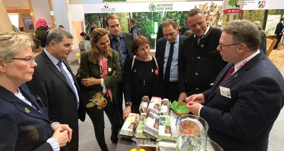 Foto: Mitglieder des NRW Ausschusses für Umwelt, Landwirtschaft, Natur- und Verbraucherschutz zu Gast auf der Grünen Woche am Stand von mein-ei.nrw (Foto: Jörg Meyer | jumpr.com)