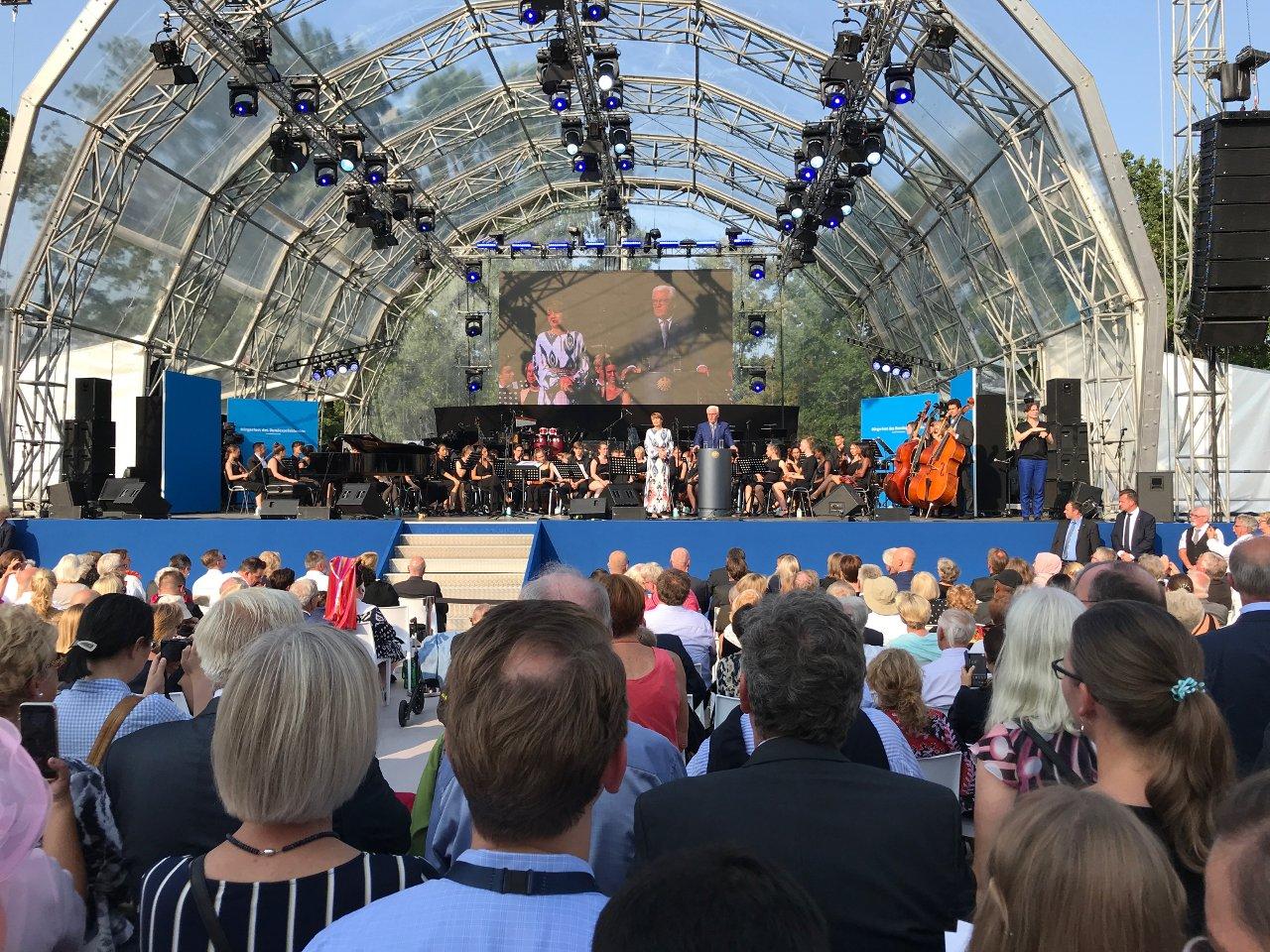 Foto: Bundespräsident Frank-Walter Steinmeier und Frau Elke Büdenbender begrüßen die Gäste des Bürgerfests 2019 (Foto: Jörg Meyer | jumpr.com)