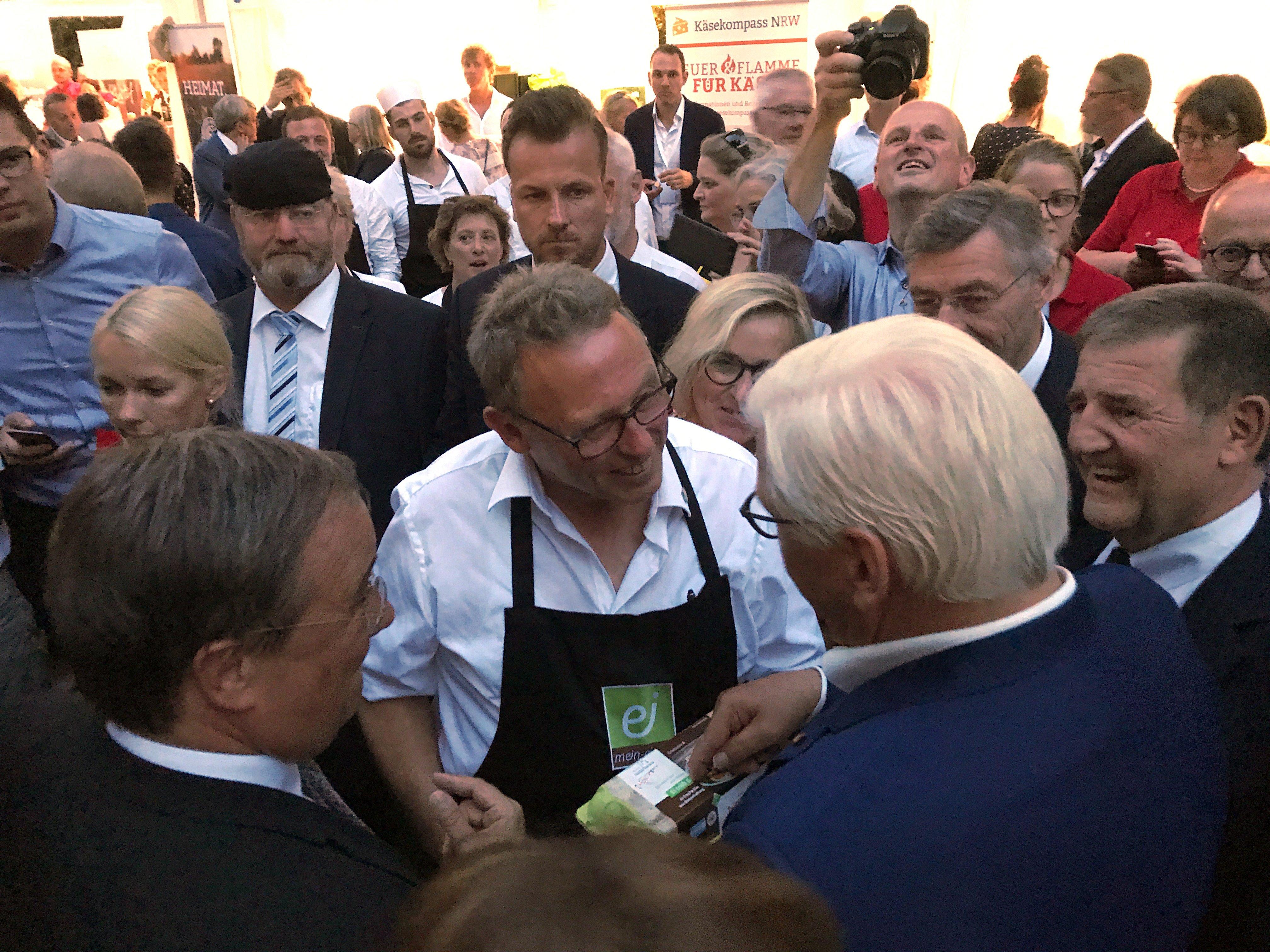 Foto: Dietrich Vriesen (Vorstandsvorsitzender mein-ei.nrw e. V.) mit Bundespräsident Frank-Walter Steinmeier und NRW-Ministerpräsident Armin Laschet (Foto: Frank Maurer | milch-nrw.de)