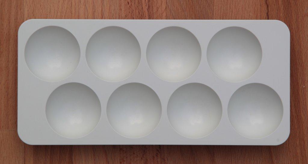 Foto: leerer Eier-Ständer aus Kühlschrank