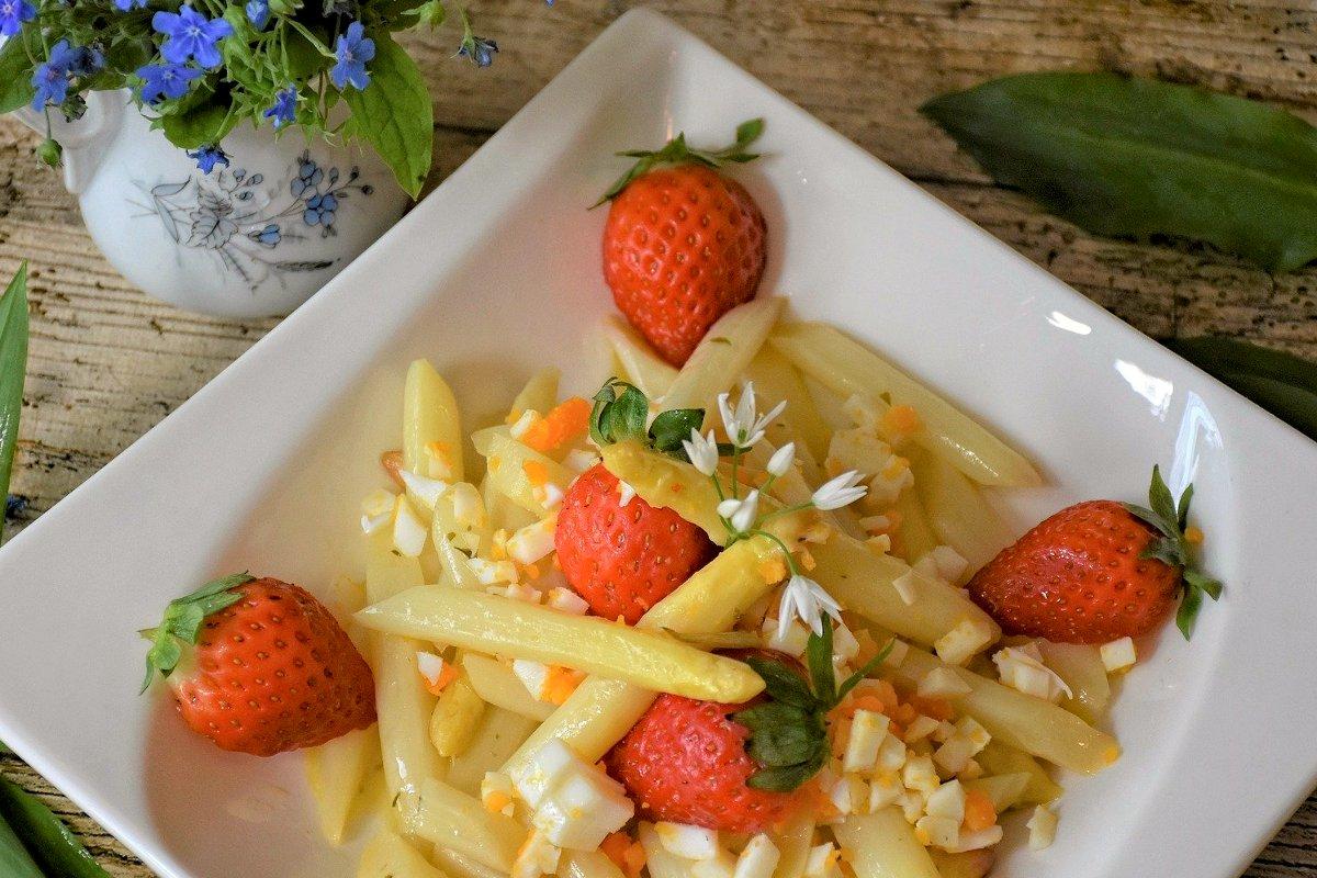 Foto: Spargel mit Erdbeeren und Ei