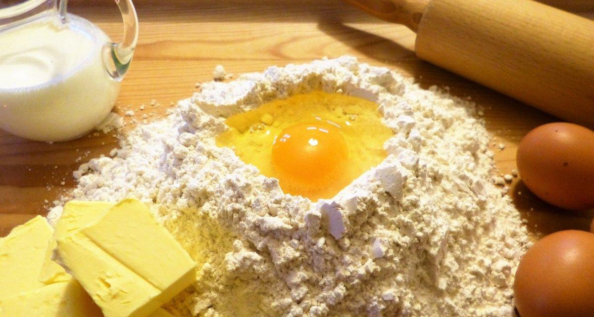 Foto: Eier, Mehl, Butter und Milch stehen für das Plätzchenbacken bereit (Copyright: silviarita – pixabay.com)