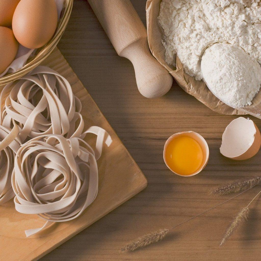 Foto: Verarbeitetes Ei in Nudeln (© Oldmermaid - pixabay.com)